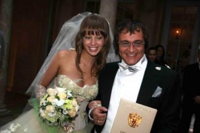 Три раза пытал счастье в браке телеведущий Дмитрий Дибров, однако все попытки заканчивались разрывом. Самым крепким оказался нынешний (четвертый по счету) союз с девушкой по имени Полина, заключенный в 2009 году. Тогда ноумену было 50, а его избраннице всего 20.