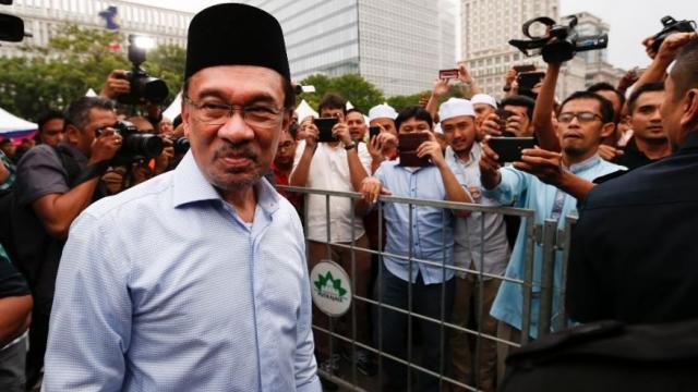 В 2004 году обвинения в содомии были с него сняты. Процесс против Ибрагима считается очень спорным: непонятно, имело ли место уголовно наказуемое в Малайзии проявление гомосексуализма или дело объясняется происками политических конкурентов.