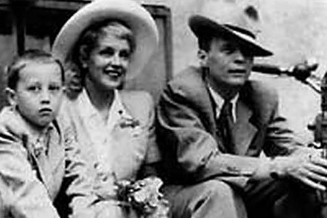 В 1954 году все закончилось. Пырьев влюбился в молодую актрису и ушел к ней, при этом он не просто оставил первую супругу, а по какой-то причине решил ей еще и насолить.