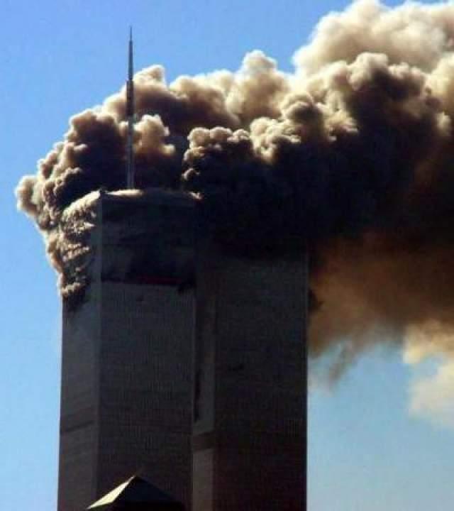 В результате этого обе башни обрушились, вызвав серьезные разрушения прилегающих строений. Третий самолет (рейс 77 American Airlines) был направлен в здание Пентагона, расположенное недалеко от Вашингтона.