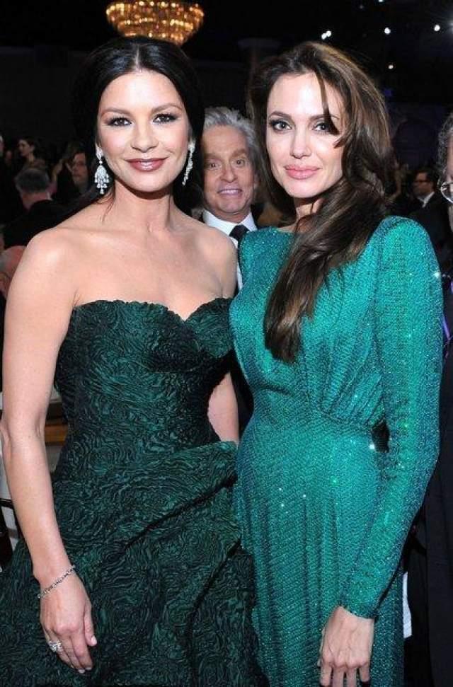 Майкл Дуглас с прекрасными дамами в зеленом: Кэтрин Зета-Джонс и Анжелиной Джоли.