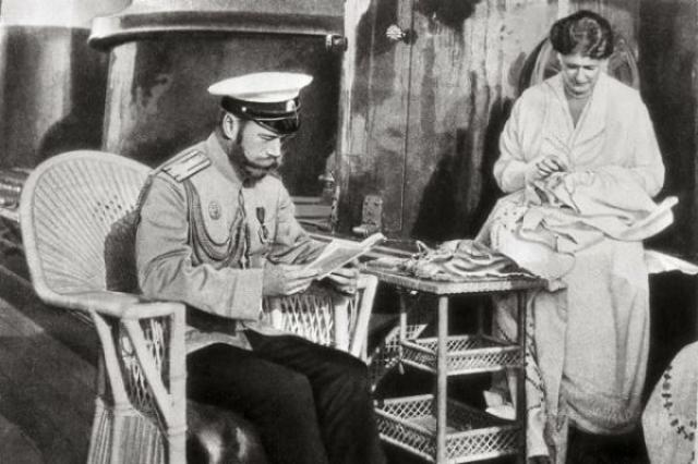 Вечера император любил проводить в семейной гостиной, читая вслух, пока его жена и дочери занимались рукоделием. Николай любил Толстого, Тургенева и Гоголя, выписывая и журналы с современной литературой.
