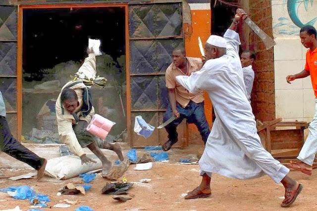 Многие тутси были убиты своими соседями. Орудием убийства в основном служило холодное оружие, чаще всего - мачете.