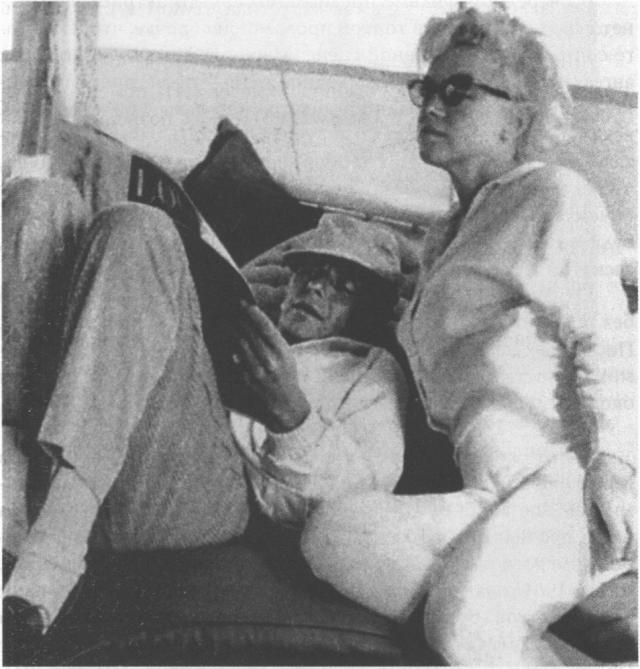 В их отношениях было много тайн, но доподлинно известно, что в 1961 году Мэрилин Монро после развода с Артуром Миллером переехала в Лос-Анджелес и остановились в доме Фрэнка, пока тот был на гастролях в Европе. В этом же году он подарил Мэрилин серьги с изумрудами, которые она надела на вручение «Золотого глобуса».