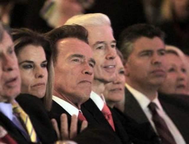 3 января 2011 года: уходящий с поста губернатор Калифорнии Арнольд Шварцнеггер с женой, Марией Шрайвер, слушают речь нового губернатора Джерри Брауна.