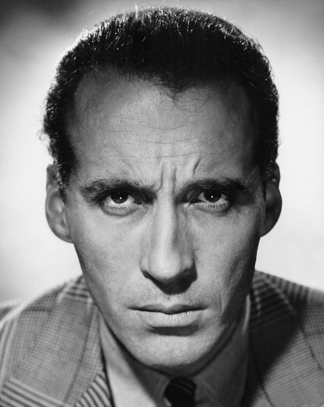 Кристофер Ли. Актер сыграл почти в 250 фильмах (треть из которых – ужастики), и почти во всех был отрицательным героем: графом Дракулой, Распутиным, Саруманом…