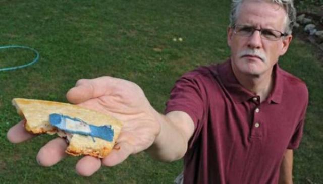 Кен заказал большую пиццу в Pizza Hut, но откусив кусочек, обнаружил кровавый синий пластырь на обратной стороне пиццы.