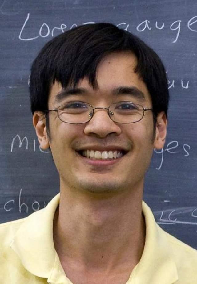Теренс Тао Австралийский математик. Наиболее известной его работой является доказательство существования неограниченно длинных арифметических прогрессий простых чисел (теорема Грина-Тао) IQ=230