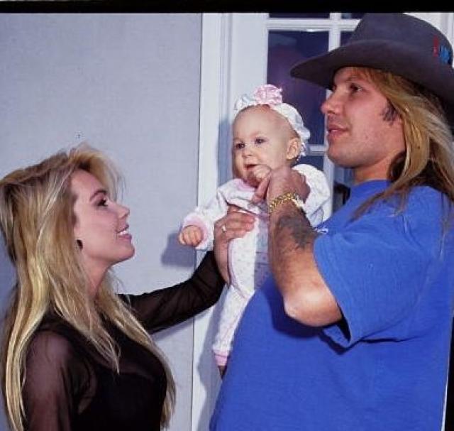 Винс Нил. Трагедия выпала на долю музыканта как раз во время ухода Нила из группы Motley Crue. Его дочь, Скайлар, в возрасте 4-х лет попадает в больницу с раковой опухолью в области живота.