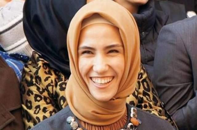 Реджепа Тайипа Эрдоган. Младшая дочь президента Турции получила образование политолога и часто сопровождает отца в рабочих поездках и принимает участие в благотворительных проектах по защите прав женщин.