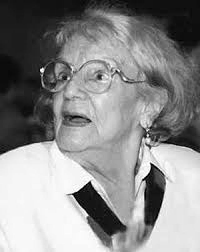 Но режиссеры уверяли, что предложений у Ладыниной было достаточно, но она сама приняла решение отказаться от съемок - не хотела, чтобы зрители видели, как она стареет. Последние годы жизни актриса ни с кем не общалась, редко выходила из дома. Одной из немногих подруг Ладыниной была Наина Ельцина, которая заботилась об актрисе.