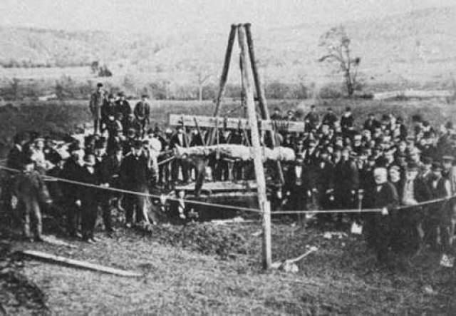 Кардиффский великан 1869 год. Уильям Ньюэлл, фермер из Кардиффа (штат Нью-Йорк), нанял двух рабочих, поручив ним вырыть колодец на своем участке. Землекопы, выполнявшие поручение, неожиданно на глубине двух метров наткнулись на большой камень. Они начали окапывать его со всех сторон и вскоре поняли, что перед ними тело окаменевшего человека.