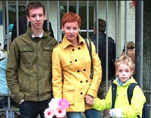"""Пока Жанна работала, старший сын приглядывал за братом. Актриса рассказала: """" У сыновей разница в возрасте почти десять лет, поэтому Потап взял на себя роль отца и воспитывал Ефима, пока я была на гастролях. Были, конечно, элементы дедовщины во взаимоотношениях, но для мальчиков, думаю, это к лучшему – крепче и выносливее будут."""""""