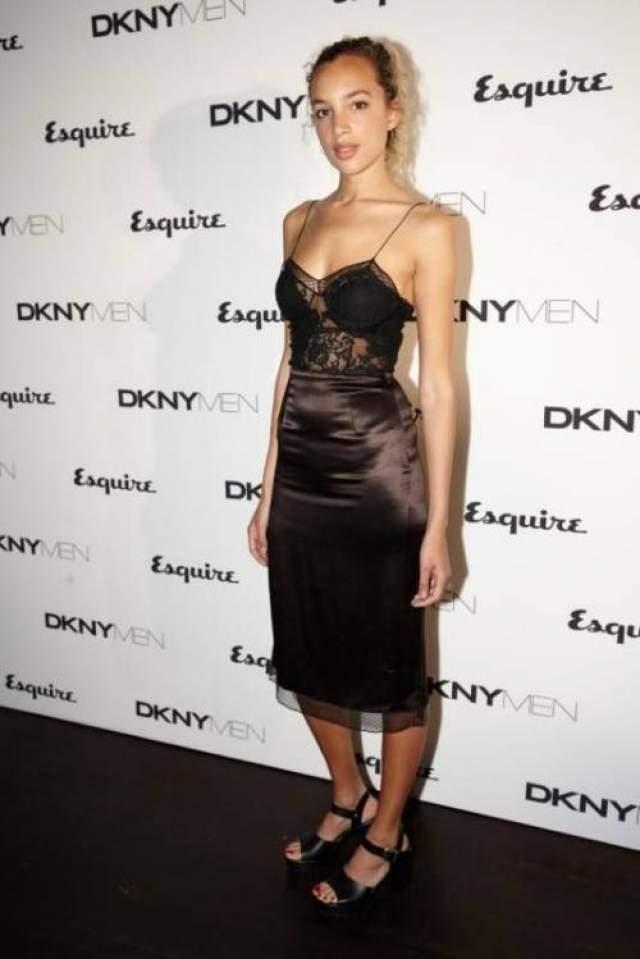 Художница и модель Фили Коллингс-Джеймс поддержала моду на нижнее белье в качестве одежды для выхода в свет.