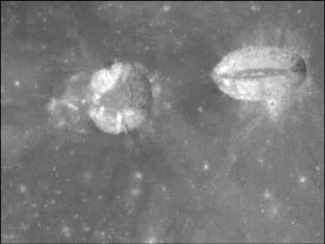 Это кратеры Messier и Messier A. Тоже странная форма, похожая на то, что их соединяет тоннель.