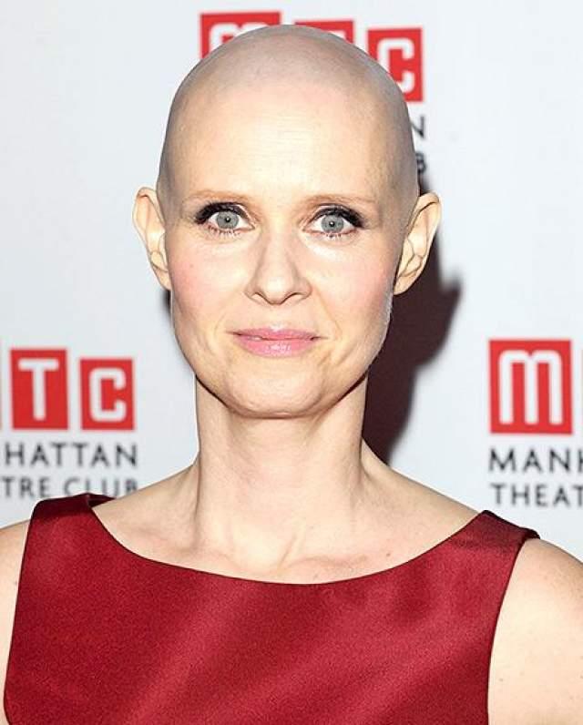 """Синтия стала лысой ради роли больного раком профессора в бродвейской постановке """"Wit"""" в январе 2012 года."""