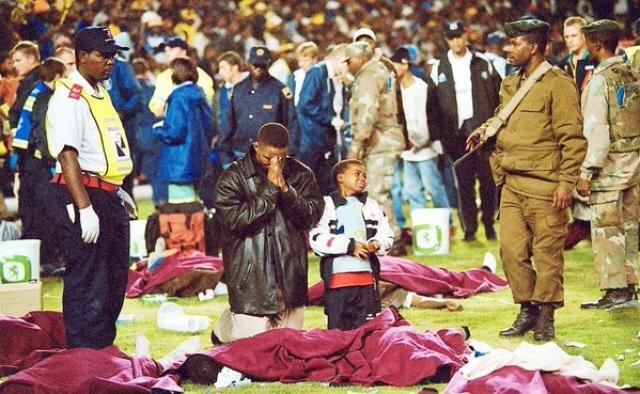 Трагедия произошла из-за того, что билетов было продано гораздо больше, чем было мест на стадионе.