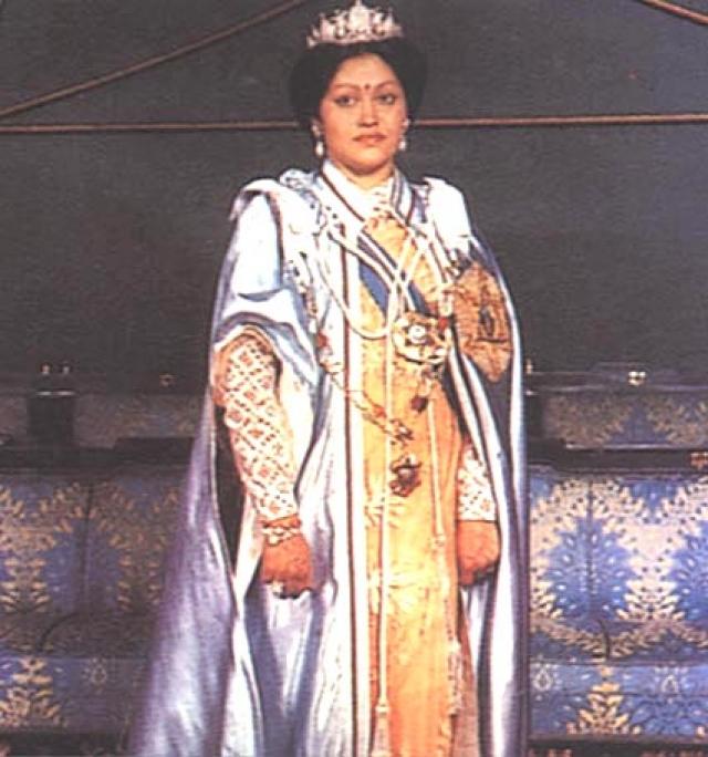 Особенно противилась выбору сына королева Ашварьи, которой Девиани Рана приходилась дальней родственницей. И вроде бы в тот день наследник престола был поставлен перед выбором: либо брак на Девиани Рана, либо трон.