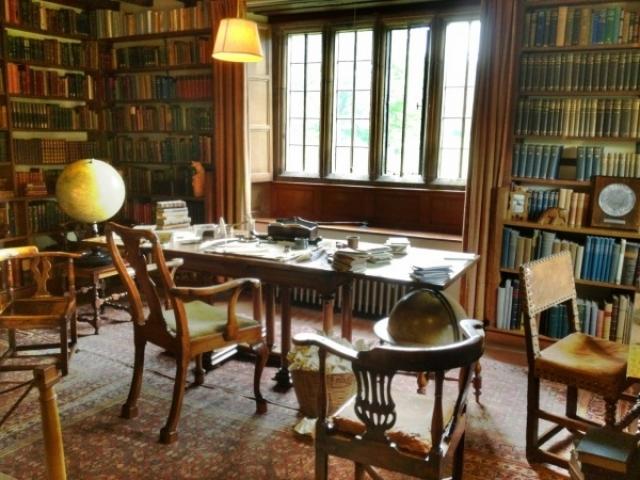 Там он подобрал кабинет, в котором разместил свою библиотеку и трофеи, привезенные им из Азии.