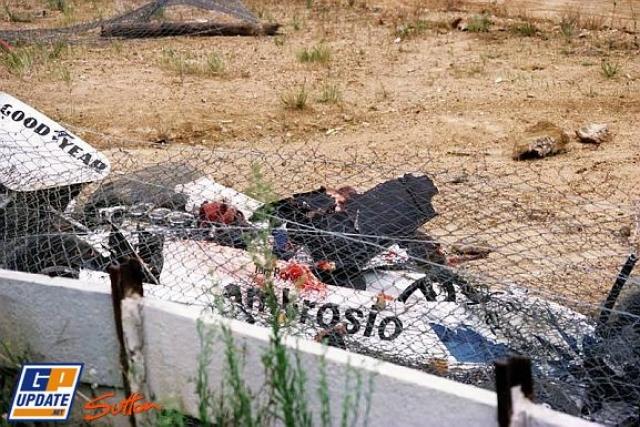 Случилось это когда машина другого гонщика загорелась, и двое пожарных с огнетушителями безо всякого разрешения попытались подбежать к трассе, чтобы потушить пожар.
