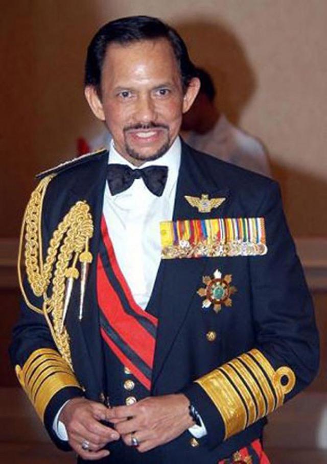 Хассанал Болкиах. Султан Брунея - один из богатейших монархов мира: он владеет состоянием в 30 миллиардов долларов. В его дворце 1784 комнаты, включая банкетные залы и кладовку.