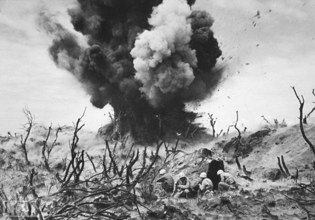 Песок Иводзимы (Sand of Iwo Jima, W. Eugene Smith, 1945). Американские морские пехотинцы во время боя за Иводзиму весной 1945 года