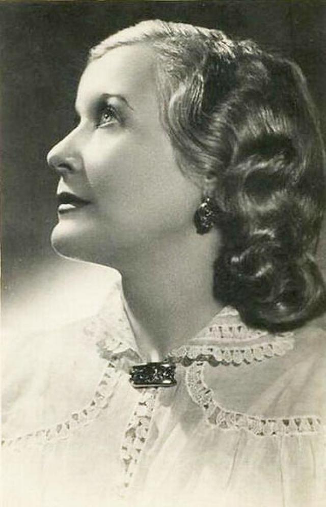 Это Александров придумал перекрасить Орлову в блондинку и привел к ней парикмахера, который придал Любови Петровне облик голливудской кинодивы.