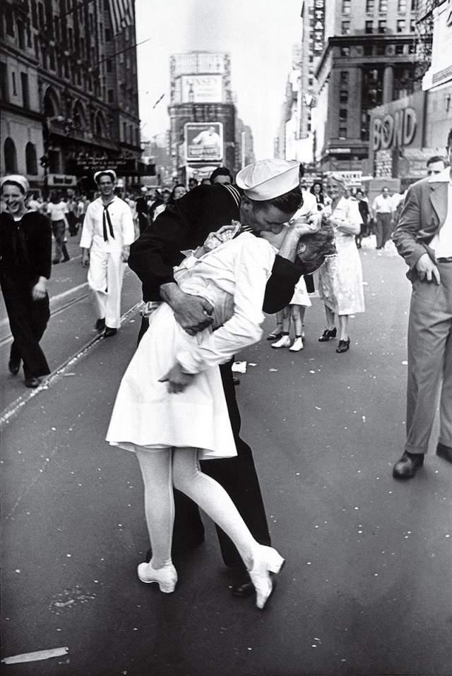 День Победы над Японией на Таймс-сквер, Альфред Эйзенштадт, 1945. Облетевший все соцсети даже не нужно комментировать - показанные чувства говорят сами за себя.