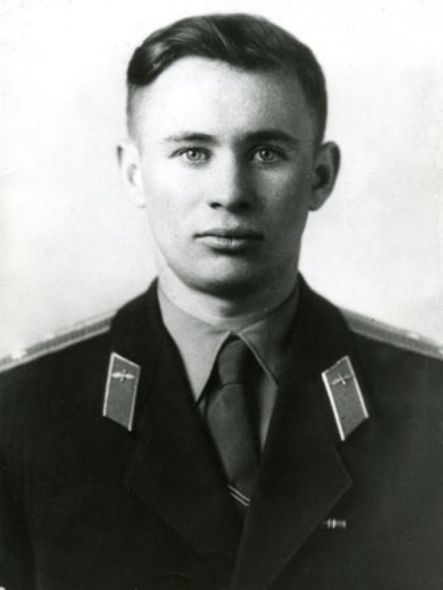 Валентин Бондаренко - еще один из летчиков, которые были отобраны в первый отряд космонавтов. Молодой человек погиб при пожаре в барокамере за несколько дней до первого полета в космос – 23 марта 1961 года.