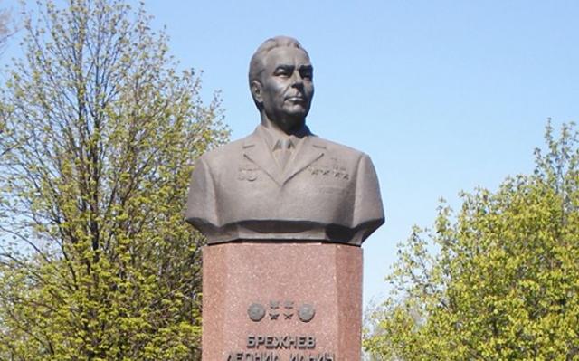 В 1976 году в Днепродзержинске на привокзальной Октябрьской площади был установлен бюст Брежнева. От него вниз к Днепру, к площади у Днепровского металлургического комбината спускалась зеленая аллея.