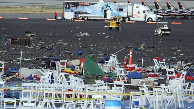 Причиной трагедии стала механическая неполадка: даже на фото с места катастрофы видно, что у падающего истребителя не вращается винт.