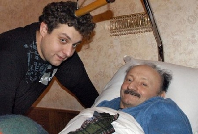 На протяжении всех девяти лет тяжелой болезни за актером ухаживала преданная ему супруга Мария Витальевна Полицеймако и сын Михаил Полицеймако.