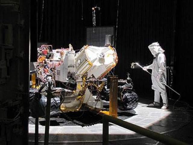 """""""Любопытный"""" марсоход весит одну тонну и достигает трех метров в длину и 2,1 метра в высоту. Аппарат работает на плутонии-238, а подпитывается от электрического генератора. На фото: подготовка к полету в марте 2011 года"""