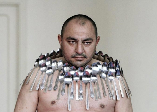 Этибар Елчиев из Тбилиси, известный как человек-магнит, установил мировой рекорд, задержав на своем теле 50 металлических ложек в 2001 году.