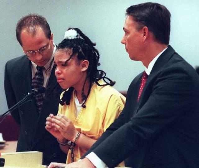 Преступников приговорили к 18 годам тюрьмы. Уже оттуда Кэтрин рассказала репортерам о постоянном физическом и сексуальном насилии, которому они с братом подвергались дома.