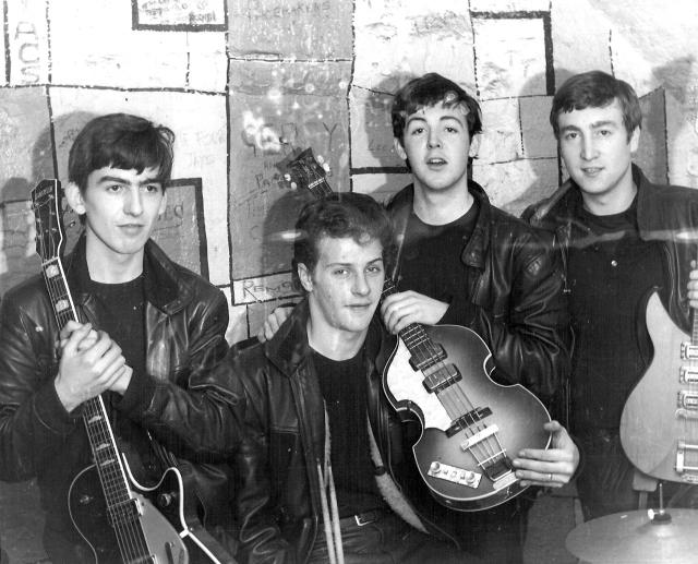 Джон Леннон, Пол Маккартни, Джордж Харрисон, Пит Бест - в таком составе The Beatles пришли к первому успеху.