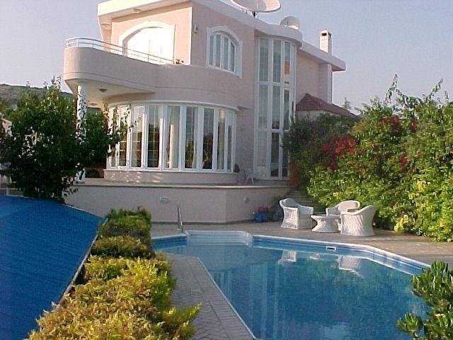 Она занимает площадь 280 м². Этот дом находится в районе Корал-Гейблз: соседи Леонтьева - именитые западные звезды - Мадонна и Сильвестр Сталлоне.
