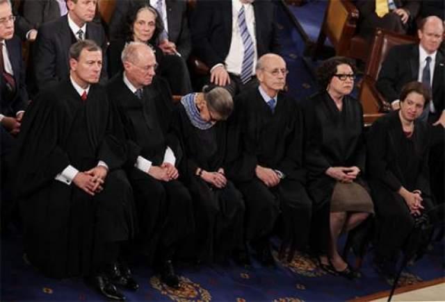 """Один из примеров - член Верховного суда США Рут Бадер Гинзбург , заснувшая во время речи президента Барака Обама под эпическим названием """"О положении страны"""". Пожилая дама, Гинзбург, как она потом призналась, перед выступлением президента выпила немного вина."""