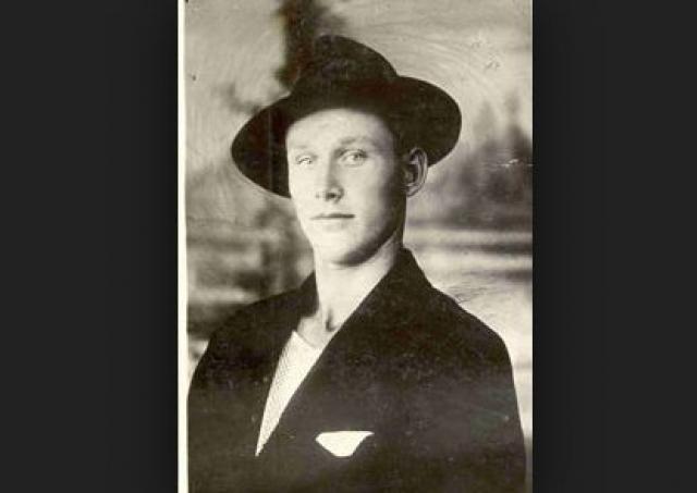 """Александр Лабуткин - """"Однорукий бандит"""". С 1933 по 1935 год маньяк совершил 15 убийств. Из револьвера он расстреливал отдыхавших в лесу людей, семейные пары и даже целые компании, забирая у жертв малоценные предметы """"на память""""."""