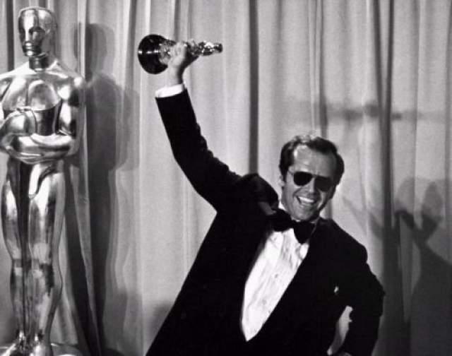 """Хотя на самом деле он очень ждал этой награды и это его первый """"Оскар"""". Годом ранее, в 1975-м, он сказал: """"Может быть, в следующем году мне дадут """"Оскар"""" просто из сожаления? Кто знает..."""""""