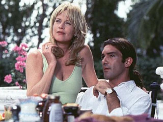"""Однако и повторному браку не довелось стать долгим и счастливым: Мелани изменила Дону Джонсону с коллегой по фильму """"Двое это слишком"""" Антонио Бандерасом."""