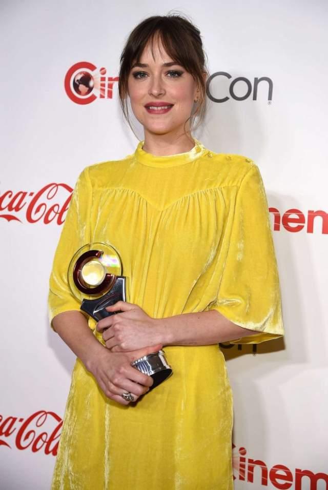 """В то же время Дакота не была номинирована на """"малину"""" ни разу, и даже имеет две настоящие награды - """"Мисс Золотой глобус"""" и премию """"Выбор народа""""."""