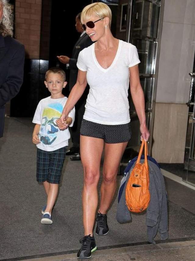 Улыбающаяся Джейми Прессли держит за руку своего сына Дези Джеймса Кальво, покидая свой отель в Нью-Йорке.