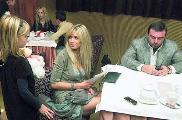 """В 2007 году Вера объявляет, что уходит из группы и из шоу-бизнеса вообще. Она намерена посвятить себя своему мужу и семье. Появилось официальное сообщение об уходе Брежневой из """"ВИА Гры""""."""