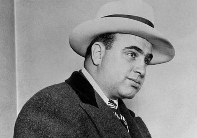 """Альфонсо """"Аль"""" Капоне Аль Капоне всем известный мафиози, не знавший пощады гангстер и, как его еще называли, """"лицо со шрамом"""". Понятно, что от человека, который с легкостью мог расстрелять любого, кто встанет у него на пути, никто не ждет проявлений романтизма и сентиментальности."""