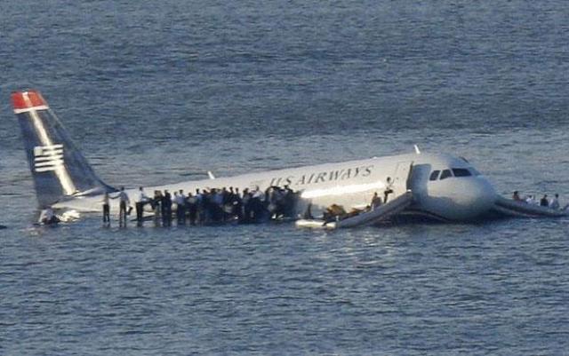 На то, чтобы добраться до самолета, парому потребуется 4 минуты. Не все пассажиры смогут продержаться так долго: температура воды – всего 2 градуса выше нуля.