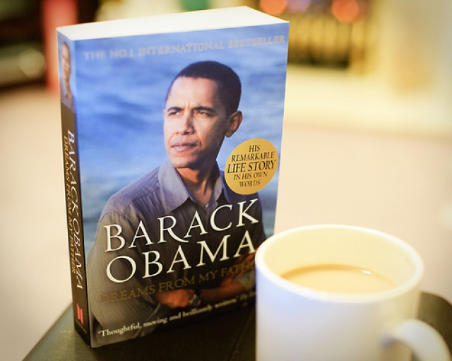 """Обама – автор нескольких книг, в том числе: """"Мечты от моего отца"""" и """"Смелость надежды"""", которые стали бестселлерами в США."""