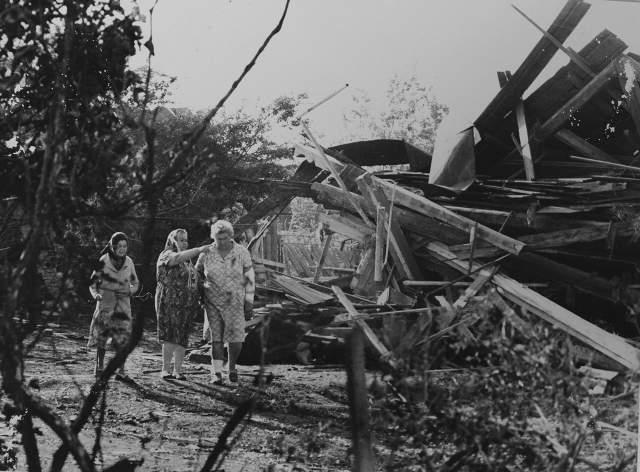 В отличие от многих других трагических событий советского времени, - например, расстрела демонстрации в Новочеркасске и катастрофы на Чернобыльской АЭС - о событиях в Арзамасе государственные СМИ сообщили в тот же день.