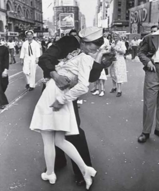 """Для миллионов американцев эта фотография, которую Эйзенштадт назвал """"Безоговорочная капитуляция"""", стала символом окончания второй мировой войны..."""