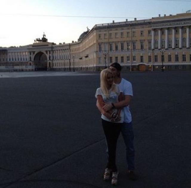 Лера Кудрявцева и Игорь Макаров . Летом 2012 телеведущая познакомилась с хоккеистом, который младше ее на 16 лет: зачастила в Питер, неожиданно полюбила хоккей, а вскоре не удержалась и показала их первый совместный снимок, вызвавший шквал обсуждений в прессе.